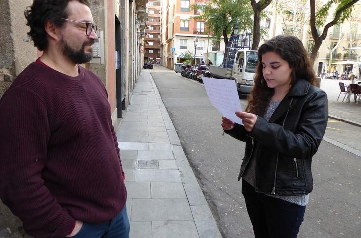 Alumnes de dicció catalana recitant al carrer